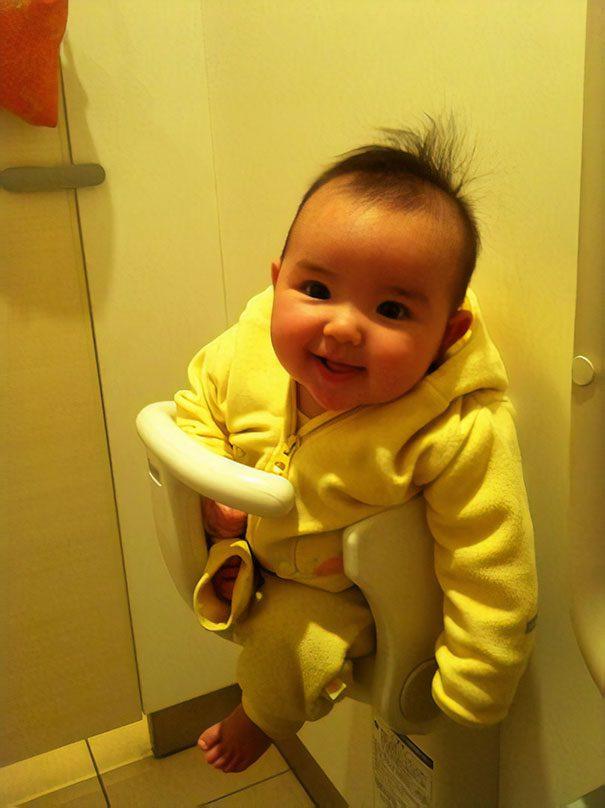 Des sièges pour bébé sont fixés au mur dans la plupart des salles de bains