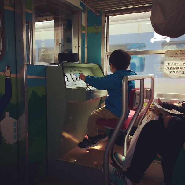 Il existe des sièges pour enfants ludo-éducatifs dans certains trains au Japon