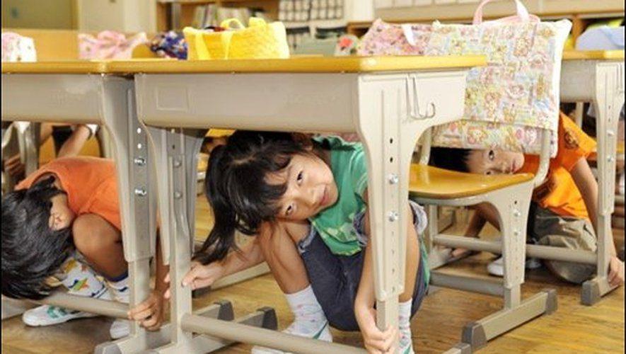 à l'abri sous bureau tremblement de terre Japon