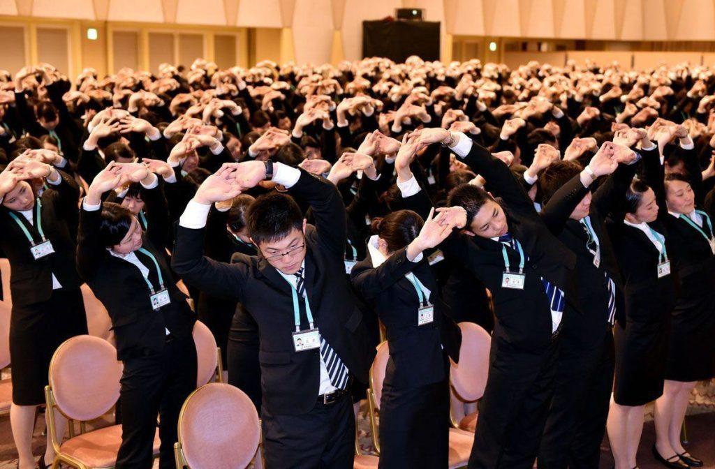 """il demande à ses nouveaux employés d'aller """"jouer"""" entre hommes et femmes pour résoudre le problème de natalité au Japon"""