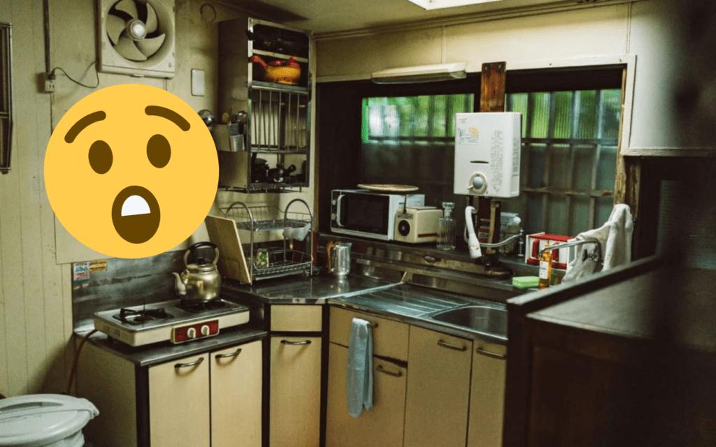 Il trouve un inconnu en train de dîner dans sa cuisine en pleine nuit